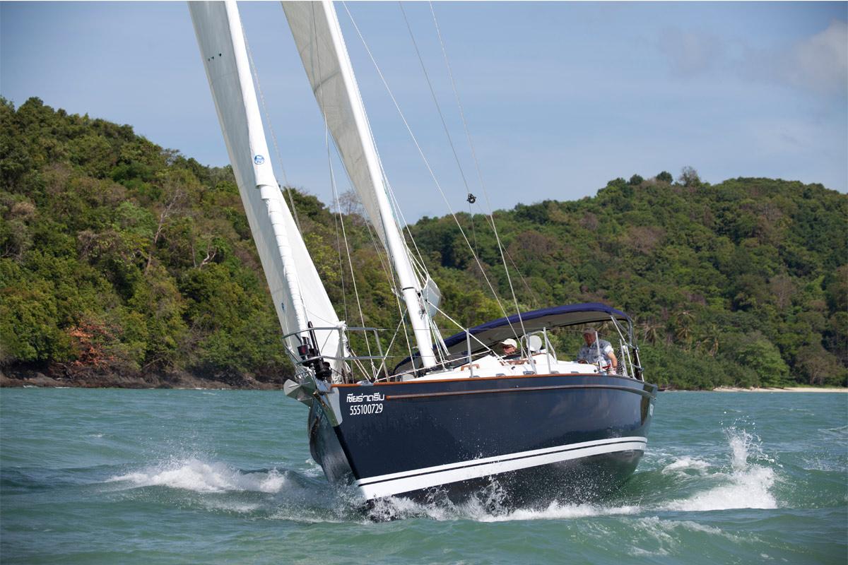 Tartan 4000 Sailing